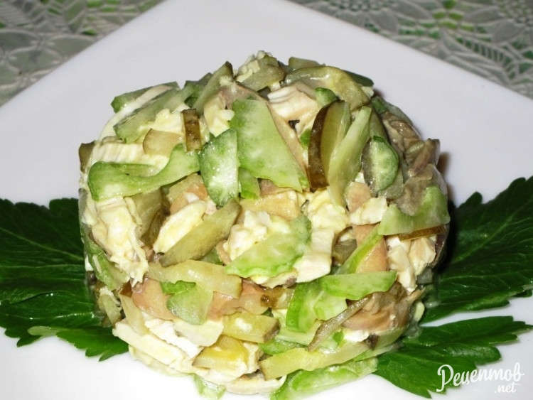 Салат с курицей и сельдереем и огурцом